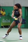 Los campeones olímpicos Serena Williams de Estados Unidos en la acción durante escogen alrededor del partido tres de la Río 2016  Imagen de archivo libre de regalías