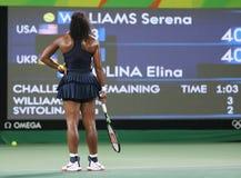 Los campeones olímpicos Serena Williams de Estados Unidos en la acción durante escogen alrededor del partido tres de la Río 2016  Fotos de archivo libres de regalías