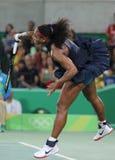 Los campeones olímpicos Serena Williams de Estados Unidos en la acción durante escogen alrededor del partido tres de la Río 2016  Foto de archivo libre de regalías