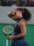 Los campeones olímpicos Serena Williams de Estados Unidos en la acción durante escogen alrededor del partido tres de la Río 2016  Imágenes de archivo libres de regalías