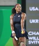 Los campeones olímpicos Serena Williams de Estados Unidos en la acción durante escogen alrededor del partido tres de la Río 2016  Fotografía de archivo libre de regalías