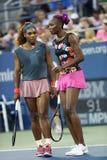 Los campeones Serena Williams y Venus Williams del Grand Slam durante los primeros dobles de la ronda hacen juego en el US Open 20 Fotos de archivo libres de regalías
