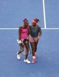Los campeones Serena Williams y Venus Williams del Grand Slam durante los segundos dobles de la ronda hacen juego en el US Open 20 Fotos de archivo libres de regalías