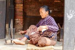 Los campesinos en Nepal hacen el trabajo duro imágenes de archivo libres de regalías