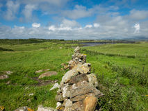 Los campos se separaron con las paredes de piedra, cerca de Maghery, Donegal Imagen de archivo libre de regalías