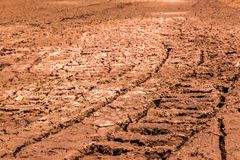 Los campos son secos, la tierra est?n quebrados fotos de archivo