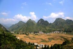 Los campos y el río en el villiage del bama, Guangxi, China Foto de archivo libre de regalías