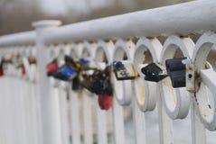 Los candados cerrados en un parapeto del puente Fotografía de archivo