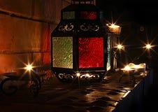 Los candels hermosos se encienden en la chimenea en el tiempo 2017 de la Navidad Foto de archivo libre de regalías