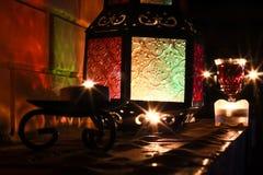 Los candels hermosos se encienden en la chimenea en el tiempo 2017 de la Navidad Imagen de archivo