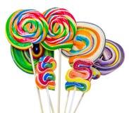 Los candys dulces coloreados, piruletas se pegan, los dulces de San Nicolás, candys aislados, fondo blanco de la Navidad Fotos de archivo libres de regalías