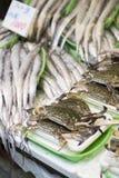 Los cangrejos en mariscos se colocan en el mercado de Ameyoko, Tokio, Japón Imágenes de archivo libres de regalías