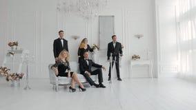 Los cantantes en trajes y vestidos cantan metrajes