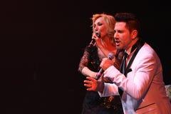 Los cantantes Kristina Orbakaite y Avraam Russo se realizan en etapa durante el 50.o concierto del cumpleaños del año de Viktor D Imagen de archivo libre de regalías