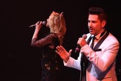 Los cantantes Kristina Orbakaite y Avraam Russo se realizan en etapa durante el 50.o concierto del cumpleaños del año de Viktor D Foto de archivo libre de regalías