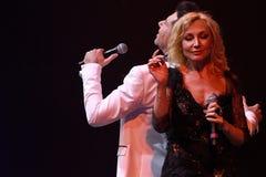 Los cantantes Kristina Orbakaite y Avraam Russo se realizan en etapa durante el 50.o concierto del cumpleaños del año de Viktor D Imagen de archivo