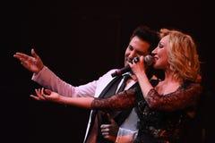 Los cantantes Kristina Orbakaite y Avraam Russo se realizan en etapa durante el 50.o concierto del cumpleaños del año de Viktor D Fotografía de archivo libre de regalías