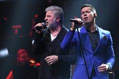 Los cantantes Soso Pavliashvilli L y Stas Piekha R se realizan en etapa durante el 50.o concierto del cumpleaños del año de Vikto Imagen de archivo
