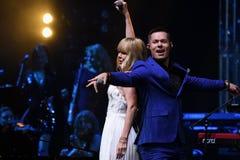 Los cantantes Stas Piekha y Valeria se realizan en etapa durante el 50.o concierto del cumpleaños del año de Viktor Drobysh Imagenes de archivo