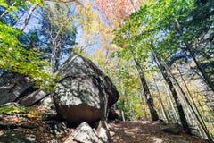 Los cantos rodados glaciales en Franconia hacen muescas en el parque de estado, New Hampshire foto de archivo libre de regalías