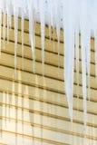 Los carámbanos que cuelgan del borde del tejado imagen de archivo libre de regalías