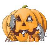 Los caracteres lindos de los ratones se preparan para Halloween Ratón gris astuto, rata Calabaza Aislado en el fondo blanco Ilust Imagenes de archivo