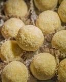 Los caramelos redondos en coco asperjan Fotografía de archivo libre de regalías