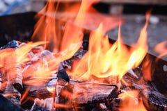 Los carbones calientes brillantes y el bosque ardiente en parrilla del Bbq marcan con hoyos El brillar intensamente y carbón de l Fotos de archivo libres de regalías