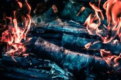 Los carbones calientes brillantes y el bosque ardiente en parrilla del Bbq marcan con hoyos El brillar intensamente y carbón de l Foto de archivo