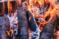 Los carbones calientes brillantes y el bosque ardiente en parrilla del Bbq marcan con hoyos El brillar intensamente y carbón de l Fotografía de archivo libre de regalías
