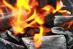 Los carbones del fuego de un humo del fuego Fotografía de archivo libre de regalías