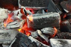 Los carbones del fuego de un humo del fuego Foto de archivo