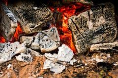 Los carbones en el fuego son macros imagen de archivo libre de regalías