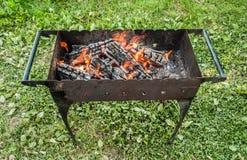 Los carbones en la parrilla Un fin de semana en naturaleza Imagenes de archivo