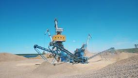 Los cargadores están trabajando en el sitio de la mina del canto rodado almacen de metraje de vídeo