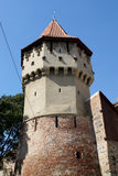 Los carpinteros se elevan en el viejo centro de ciudad de Sibiu Imágenes de archivo libres de regalías