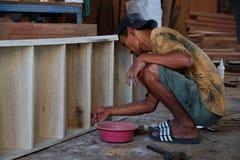 Los carpinteros trabajan en la maquinaria de carpintería fotos de archivo