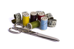 Los carretes del hilo, mesurement de la cinta y scissor Imagen de archivo
