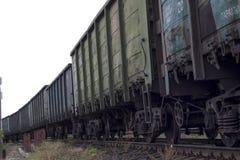 los carros del tren para cargar fotografía de archivo libre de regalías
