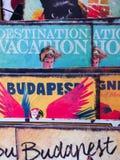 Los carteles/3/15 de Budapest, Hungría 19' de Budapest organizaron uno al lado del otro en una tienda de regalos minúscula para fotos de archivo libres de regalías