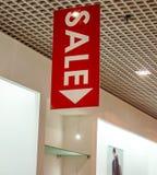 Los carteles de la venta en la moda visten el shopfront Fotografía de archivo libre de regalías