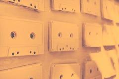 Los casetes audios se cubren con la pintura acrílica blanca Retro excelente Decoración creativa Fotos de archivo