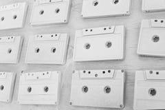 Los casetes audios se cubren con la pintura acrílica blanca Retro excelente Decoración creativa Imágenes de archivo libres de regalías