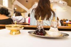 Los católicos empanan y wine en cáliz con el fondo de-enfocado Fotografía de archivo libre de regalías