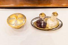 Los católicos empanan y wine en cáliz en el altar Fotos de archivo
