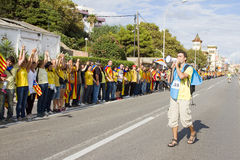 Los catalanes hicieron una cadena del ser humano de la independencia de 400 kilómetros Imagenes de archivo