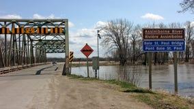 Los caudales de una crecida alcanzan un puente de Manitoba Foto de archivo