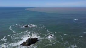 Los caudales de una crecida rusos del río drenan en el Pacífico almacen de metraje de vídeo