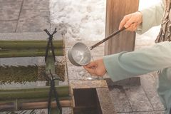Los cazos japoneses del agua para el cuerpo y el corazón de la pureza antes del paseo al templo japonés que es creen de la religi fotos de archivo libres de regalías