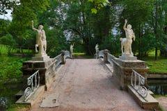 Los centauros tienden un puente sobre en el parque de Pavlovsk Imágenes de archivo libres de regalías